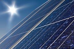 El panel solar y sol imagenes de archivo