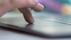 El panel táctil conmovedor del hombre con los fingeres se cierra para arriba Foco seleccionado almacen de metraje de vídeo