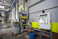 El panel teledirigido de la basura que clasifica el transportador en la planta de tratamiento moderna del reciclaje de residuos R fotografía de archivo