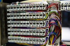 El panel y cableado de la centralita telefónica del teléfono Fotos de archivo