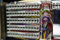 El panel y cableado de la centralita telefónica del teléfono Fotos de archivo libres de regalías