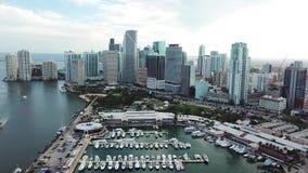 El panorama aéreo de rascacielos asombrosos y Miami se abrigan, las islas soleadas varan metrajes