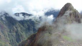 El panorama antiguo del sitio de la ruina del inca de Peru Machu Picchu con mañana se nubla almacen de video