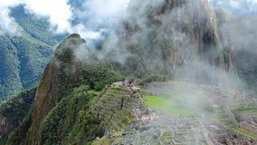 El panorama antiguo del sitio de la ruina del inca de Peru Machu Picchu con mañana se nubla almacen de metraje de vídeo
