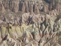 El panorama característico del capadoccia con rosa y amarillo coloreó rocas en una atmósfera sugestiva Turquía foto de archivo libre de regalías