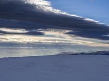 El panorama de Apennines en invierno en la puesta del sol con Sibillini monta, Marche, Italia Imagen de archivo libre de regalías