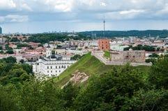 El panorama de la ciudad de Vilna y la vista del Gediminas se escudan Imágenes de archivo libres de regalías