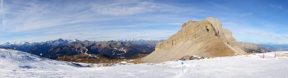 El panorama de la cuesta y de los esquiadores del esquí en Passo Groste Fotos de archivo