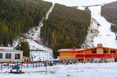 El panorama de la estación de esquí de Bansko, esquí se inclina, Bulgaria Foto de archivo