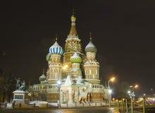 El panorama de la noche de las paredes del Kremlin y Fotografía de archivo