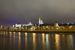 El panorama de la noche de las paredes del Kremlin y Imagen de archivo libre de regalías