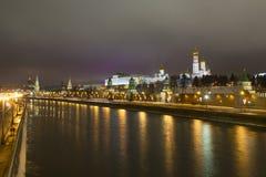 El panorama de la noche de las paredes del Kremlin y Imagen de archivo