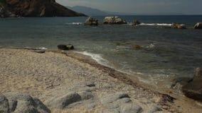El panorama de la playa Cala Sa Figu con el movimiento del mar agita almacen de metraje de vídeo