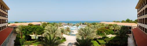 El panorama de la playa en el hotel de lujo Fotografía de archivo libre de regalías