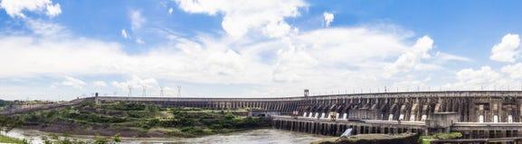 El panorama de la presa de Itaipu, Foz hace Iguacu, el Brasil Fotos de archivo
