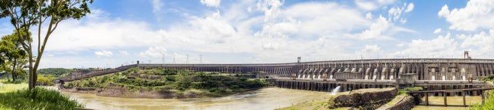 El panorama de la presa de Itaipu, Foz hace Iguacu, el Brasil Fotografía de archivo