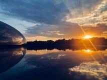 El panorama de la puesta del sol con las artes interpretativas nacionales centra en Pekín antes el teatro magnífico nacional de P fotos de archivo
