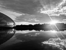 El panorama de la puesta del sol con las artes interpretativas nacionales centra en Pekín antes el teatro magnífico nacional de P fotos de archivo libres de regalías