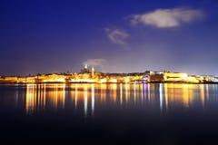 El panorama de La Valeta en la iluminación de la noche Fotos de archivo libres de regalías