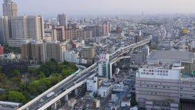 El panorama de la visión superior en tráfico ocupado en passway, conduciendo los coches y los camiones pasan cerca, Osaka, Japón almacen de video