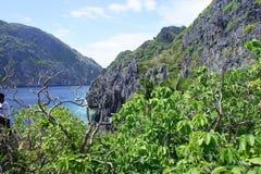 El panorama de las islas abandonadas acerca al EL Nido Filipinas Foto de archivo libre de regalías