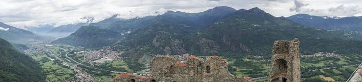 El panorama de Susa Valley vio de Sacra di San Micaela de varios colores Imagenes de archivo