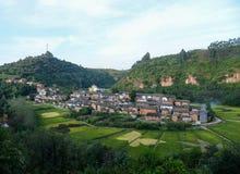 El panorama del arroz coloreado coloca en pueblo de la bahía del río de Yiliang fotografía de archivo