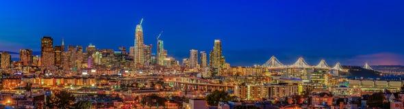 El panorama del horizonte de San Francisco con la ciudad se enciende, el puente de la bahía Imagen de archivo libre de regalías