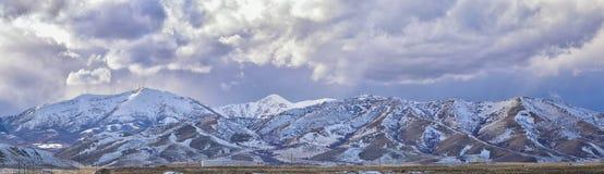 El panorama del invierno de la nieve de la cordillera de Oquirrh capsuló, que incluye la mina de Bingham Canyon Mine o de cobre d imágenes de archivo libres de regalías