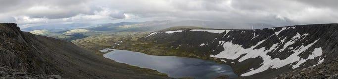 El panorama del lago mountain en valle con los musgos y las rocas cubrió w Fotografía de archivo