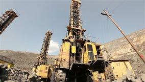 El panorama del taladro del hoyo, plataforma de perforación industrial en una mina, perforadora grande almacen de video