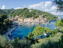 El panorama hermoso de Portofino con las casas del colorfull, los barcos y el yate en poca bahía se abrigan Camogli, Italia fotos de archivo