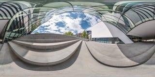 El panorama incons?til esf?rico completo 360 grados pesca con ca?a cerca de fachada del edificio moderno torcido con fotografía de archivo libre de regalías