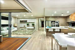 El panorama interior de la casa moderna con la cocina y la sala de estar foto de archivo libre de regalías