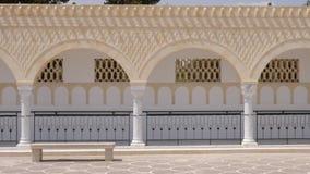 El panorama rema columnas con los arcos en Habib Bourguiba cuadrado en Monastir Túnez Exterior tirado carro almacen de metraje de vídeo