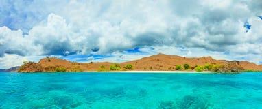 El panorama rojo de la playa Imágenes de archivo libres de regalías