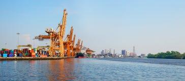 El panorama tiró el puerto en Bangkok de Klong Toey, Tailandia fotografía de archivo