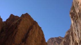 El panorama vertical resbala abajo por la garganta de Todgha, un barranco en las altas montañas de atlas en Marruecos, cerca de l almacen de metraje de vídeo
