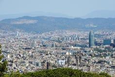 El panorama y el paisaje urbano de Barcelona de Montjuic se escudan, con Torre Agbar y colinas Fotos de archivo
