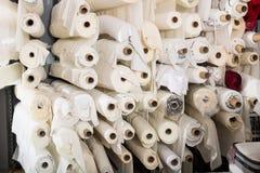 El paño rueda en tienda de la materia textil Imagen de archivo