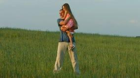 El papá abraza a la hija almacen de video