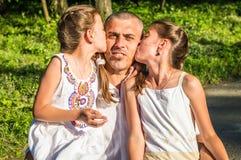 El papá abraza a sus hijas fotografía de archivo libre de regalías