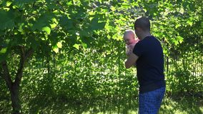 El papá activo con la hija pequeña se divierte en luz del sol de la tarde 4K metrajes