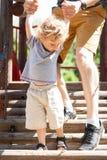 El papá ayuda al niño Fotografía de archivo