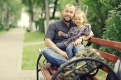 El papá camina con su hija en parque fotografía de archivo libre de regalías