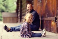 El papá camina con su hija en parque fotos de archivo libres de regalías