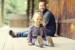 El papá camina con su hija en parque imagen de archivo libre de regalías
