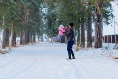 El papá camina con su y la hija fotografía de archivo
