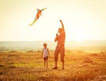 El papá con su hija dejó una cometa Foto de archivo libre de regalías