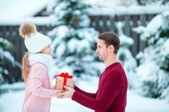 El papá da el regalo de la Navidad a su pequeña hija fotos de archivo libres de regalías